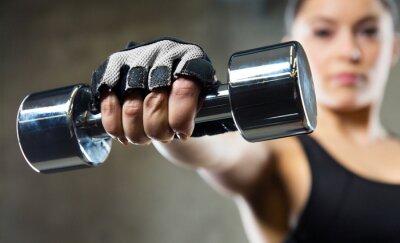Cuadro Cerca de la mujer deportiva con pesas de acero