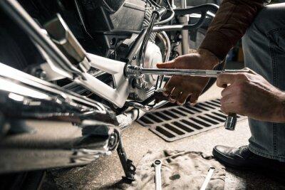 Cuadro Cerca de las manos del hombre con la motocicleta en el garaje