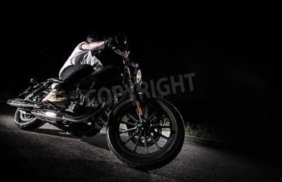 Cuadro Cerca de una motocicleta de alta potencia en la noche, helicóptero.