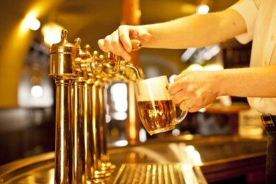 Cuadro cerveza del oro en los grifos de la mano y la cerveza