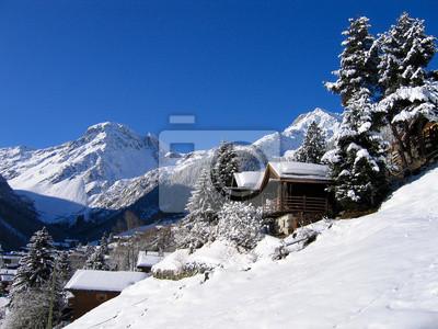 Chalets en un valle blanco como la nieve