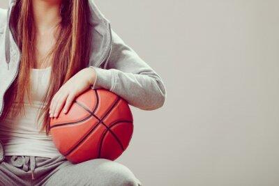 Cuadro Chica adolescente deportiva en la celebración de la campana de baloncesto.
