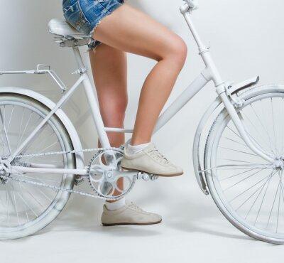 Cuadro Chica joven en una bicicleta de cosecha blanco