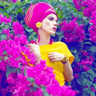 Cuadro chica oriental sensual en las flores