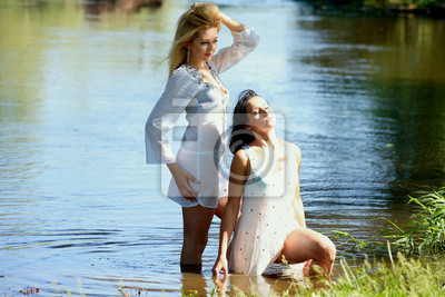 aa825d82a987 Chicas guapas en el río pinturas para la pared • cuadros ropa ...
