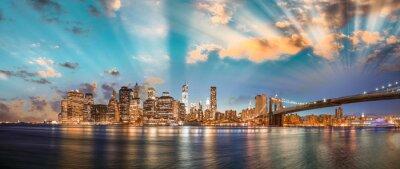 Cuadro Cielo dramático sobre el puente de Brooklyn y Manhattan, panorámica nocturna