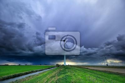 cielo lluvioso tormentoso sobre campo con aerogeneradores