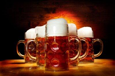 Cuadro Cinco vasos de cerveza en la mesa de madera
