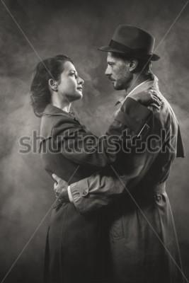 Cuadro Cine negro: romántica pareja amorosa abrazada y la oscuridad, estilo de los años 50.
