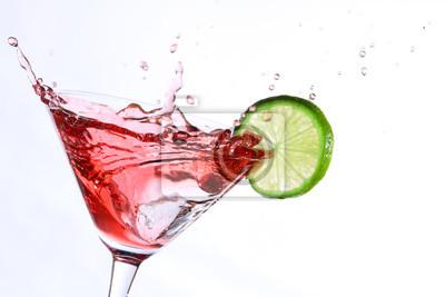 cóctel de color rojo con la cal en blanco