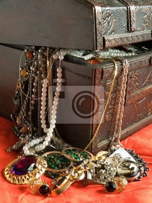 Cofre de madera con objetos de valor