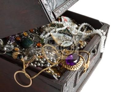 Cofre de madera con objetos de valor, trazado de recorte