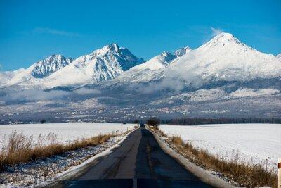 Cuadro Conducción de invierno - carretera de invierno Carretera nacional que conduce a través de un paisaje de montaña de invierno.