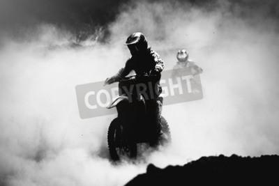 Cuadro Corredor de motocross acelerando en pista de polvo, Blanco y negro, foto de alto contraste