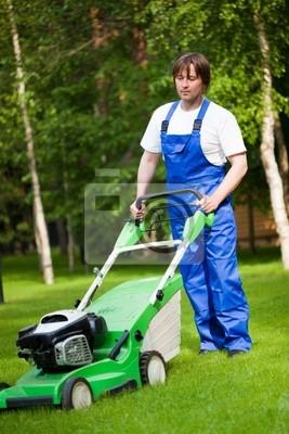 cortadora de césped hombre en el patio trasero