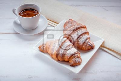 Croissant con café