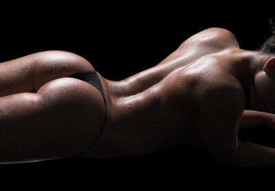 Cuadro Cuerpo de mujer sexy, piel húmeda, fondo negro