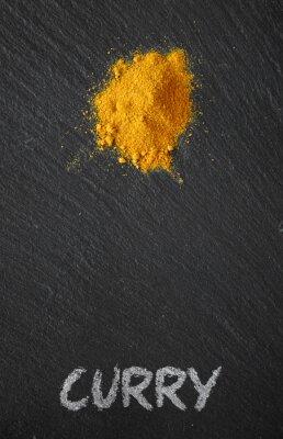 Cuadro Curry en una mesa de pizarra negro