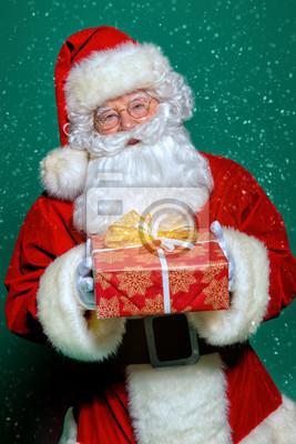 dando caja de regalo