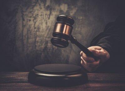 Cuadro Del juez espera martillo sobre la mesa de madera