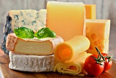 Cuadro Diferentes tipos de queso en la mesa de la cocina