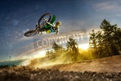 Cuadro Dirt bike rider está volando alto en la noche