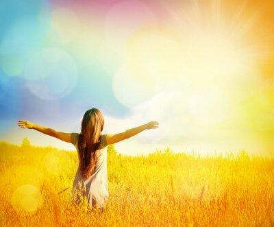 Cuadro Disfrutar de la naturaleza libre Mujer Feliz. Belleza Chica al aire libre.