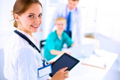 Cuadro Doctor de la mujer joven que sostiene un Tablet PC