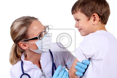 Doctor que hace la inyección de la vacuna a los niños