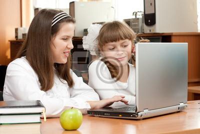 Cuadro Dos colegialas concentrados en su tarea con el ordenador portátil