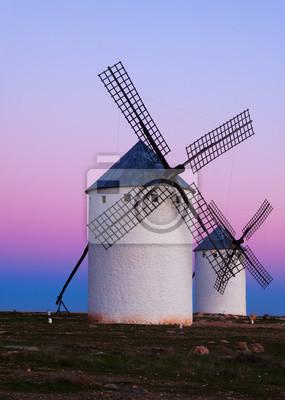 Dos molinos de viento en el campo en la noche