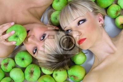 Dos niñas y manzanas verdes