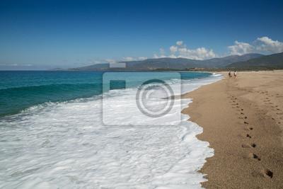 persona caminando por la playa