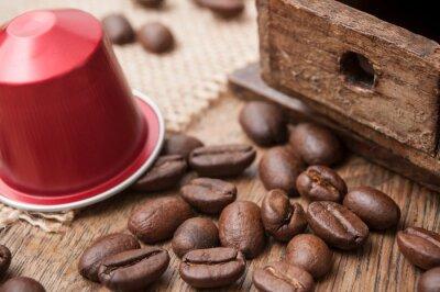 dosette de café expresso con granos de café y anne moulin à café décoratif sur sur table en bois