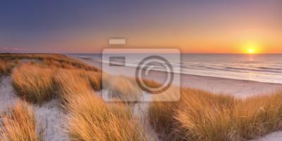 Dunas y playa al atardecer en la isla de Texel, Países Bajos