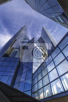 Edificio cúbico azul moderno situado en la defensa del La, París, Francia.