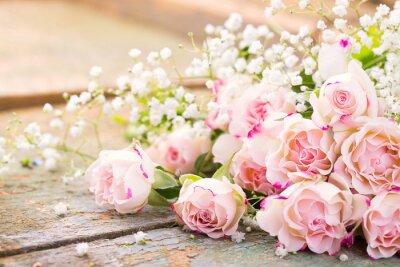 Cuadro Ein herrlicher Rosenstrauß auf rustikalem Holz
