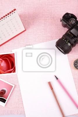 Cuadro El desorden de los objetos apilados en el fondo de color rosa