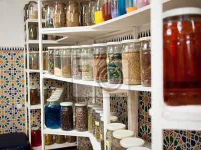 Cuadro El estante son frascos con especias contra el fondo de mosaico
