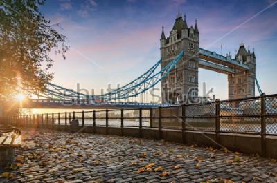 Cuadro El Tower Bridge y Londres, Reino Unido, durante un amanecer dorado