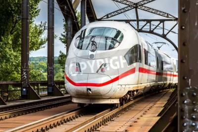 Cuadro Electricidad InterCity Express en Frankfurt, Alemania en un día de verano