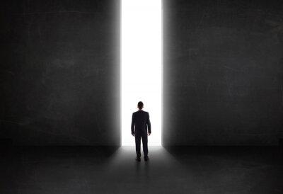 Cuadro Empresario mirando la pared con la apertura del túnel de luz