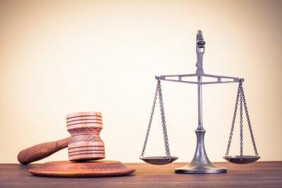 Cuadro Escalas de Derecho, juez martillo sobre la mesa. Símbolo de la justicia