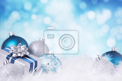 Escena de azul y plata de Navidad con adornos y regalos