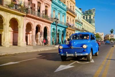 Cuadro Escena de la calle con el coche viejo y edificios coloridos en la Habana Vieja