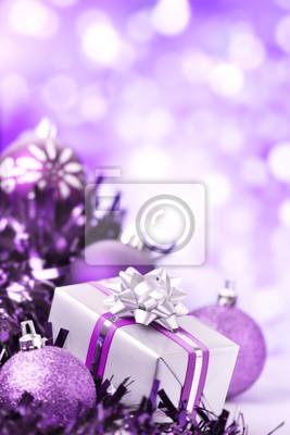 Escena púrpura de Navidad con adornos y regalos