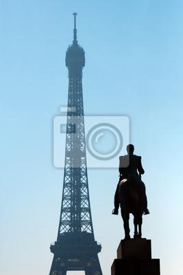 Escultura Ferdinand Foch y la Torre Eiffel