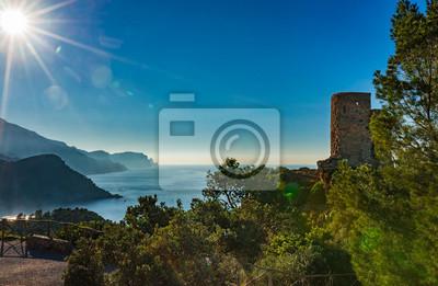 España costa de la isla de Mallorca con vista de la torre de reloj medieval Torre des Verger