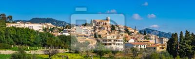 España isla de Mallorca idílica vista panorámica del pueblo de montaña mediterránea Selva