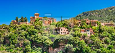 España Mallorca vista del pueblo de montaña Deia en la Serra de Tramuntana